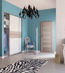 Светло-коричневые двери на фоне голубых стен