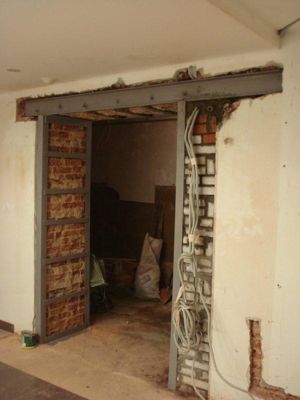 Процесс уменьшения ширины дверного проёма кирпичом