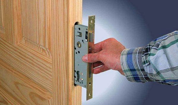 Установка врезной задвижки в деревянную дверь