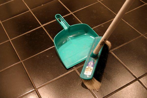 Уборка мусора с плитки на полу