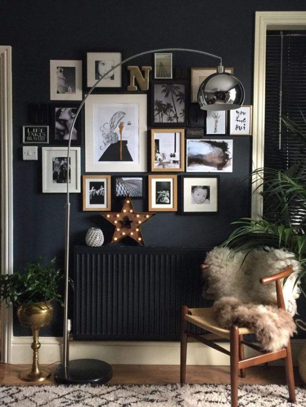 Чёрные фоторамки на стене