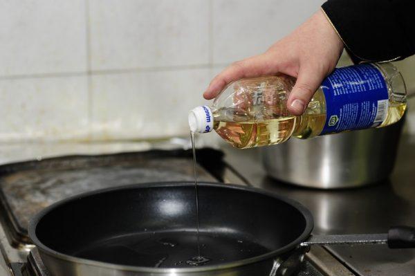 Добавление масла на сковороду