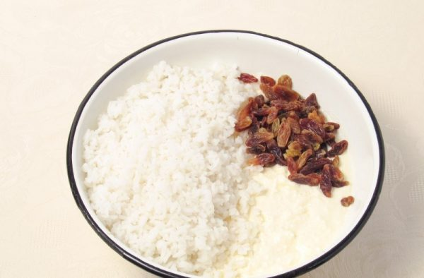 Изюм и отварной рис в миске с творожной массой