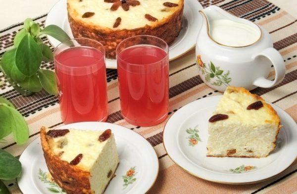Творожно-рисовая запеканка и компот в стаканах на столе
