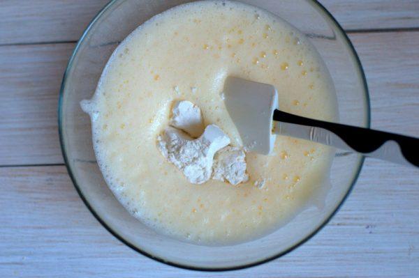 Добавление сахарной пудры к яично-масляной смеси