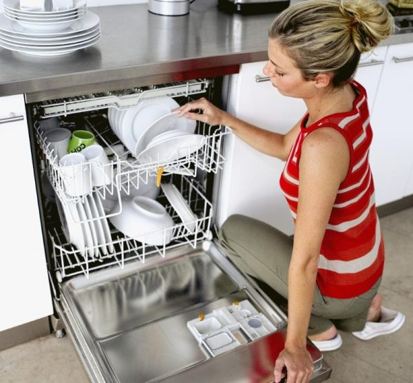 Женщина у посудомойки