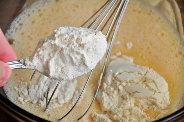 Введение муки в яично-кефирную смесь