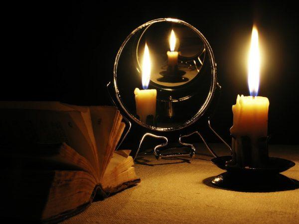 Зеркальный коридор со свечой