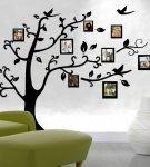 Декоративное дерево с фоторамками
