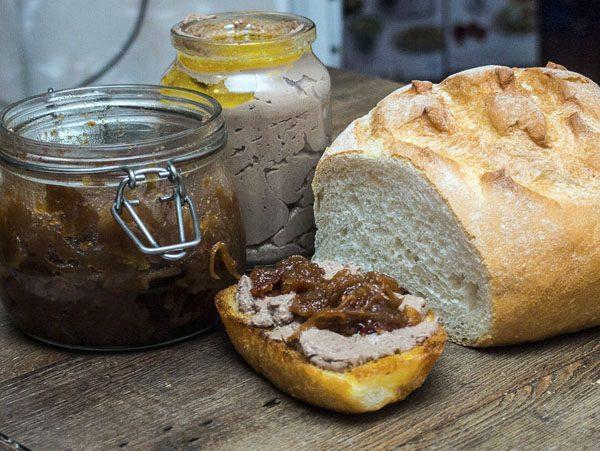 Куриный паштет, белый хлеб и луковое чатни