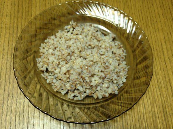 Гречневая каша в тарелке на столе