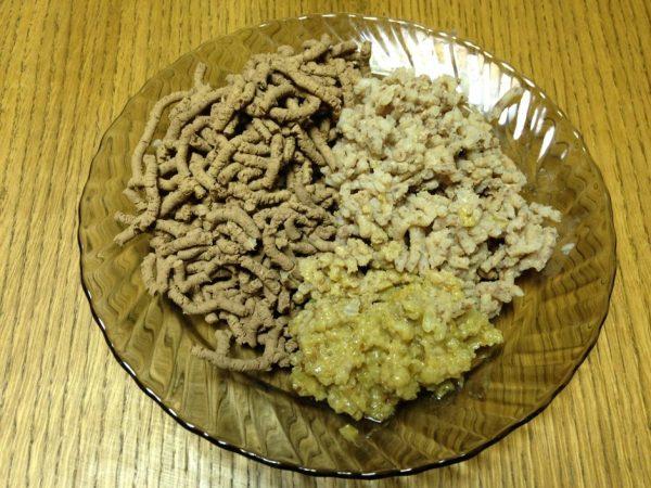 Пропущенная через мясорубку отварная куриная печень, гречка и лук