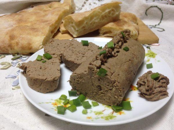 Паштет из куриной печени и гречки с зелёным луком на тарелке и лаваш