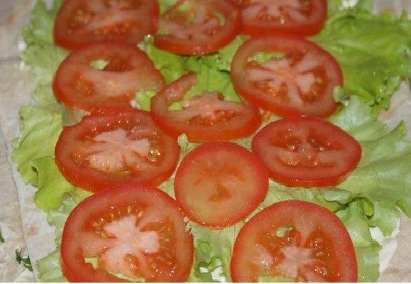Листья салата и помидоры