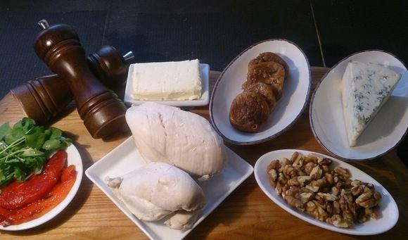 Продукты для куриного паштета с голубым сыром и орехами на столе