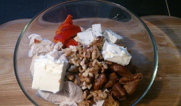 Подготовленные к измельчению продукты для куриного паштета в стеклянной миске