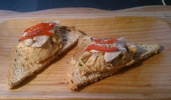 Куриный паштет на ломтиках поджаренного зернового хлеба