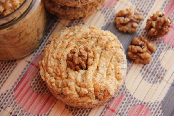 Куриный паштет на круглом зерновом хлебце с грецкими орехами