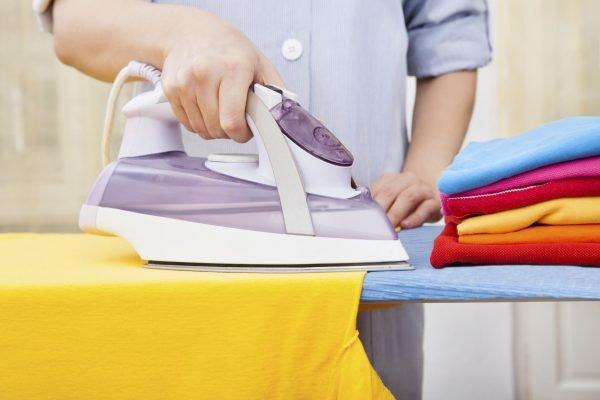 Утюжить одежду