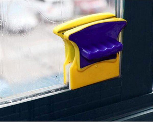 Магнитная щётка, закреплённая на окне