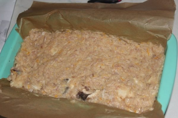 Куриный фарш с грибами в прямоугольной форме, выстеленной пекарской бумагой