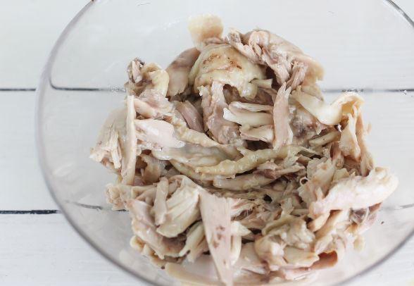 Кусочки отварного куриного мяса в стеклянной мисочке