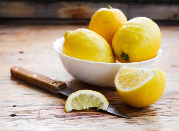 Лимоны в тарелке на столе