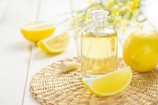 Лимоны и бутылка с уксусом