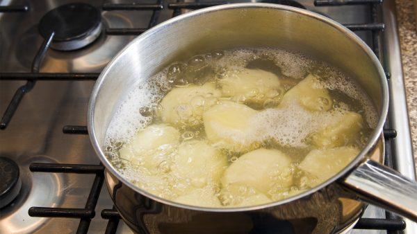Картофель варится в кастрюле