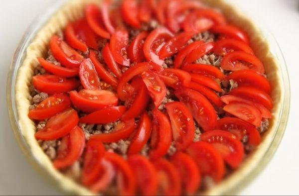 Ломтики помидоров на картофельном пироге