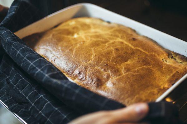 Готовый заливной пирог в прямоугольной форме для запекания