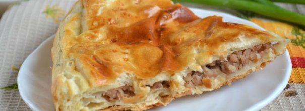 Пирог с мясом из слоёного теста - отличный вариант для уютного чаепития с близкими