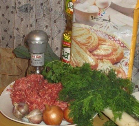 Продукты для приготовления слоёного пирога с мясным фаршем, овощами и зеленью
