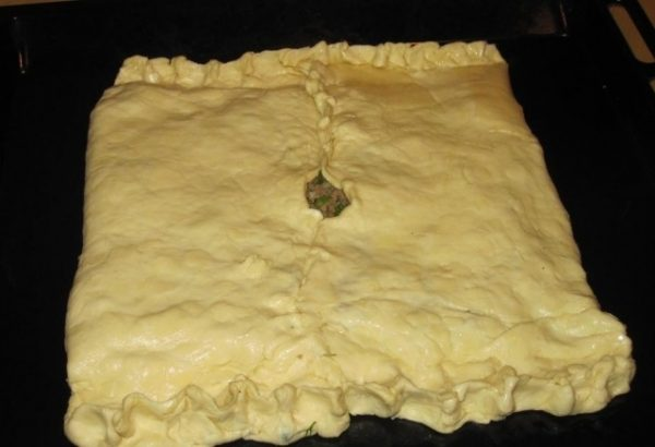 Заготовка для пирога из слоёного теста на противне