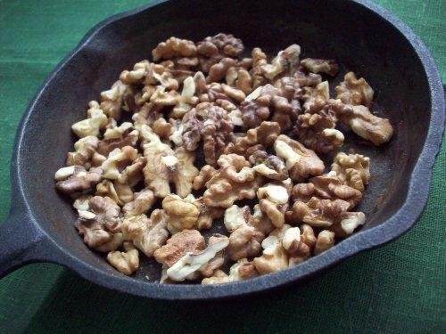 Ядра грецких орехов в сковороде
