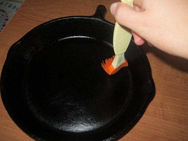 Смазывание сковороды маслом