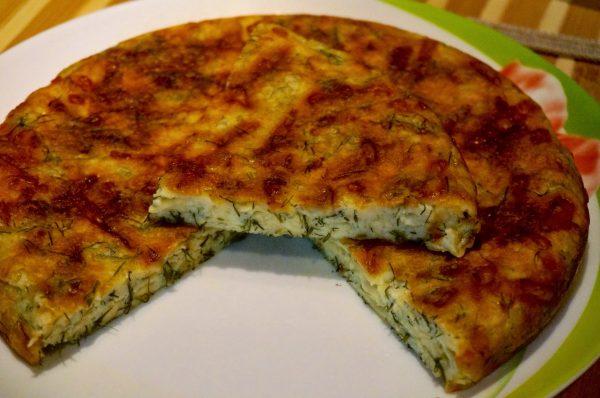 Готовый сырный пирог на сковороде