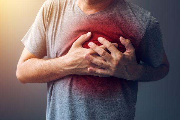 Человек держится за сердце