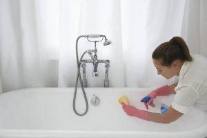Женщина моет ванну