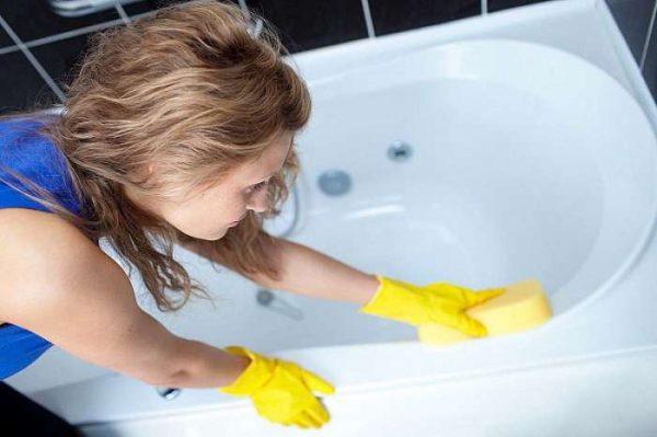 Девушка вытирает ванну