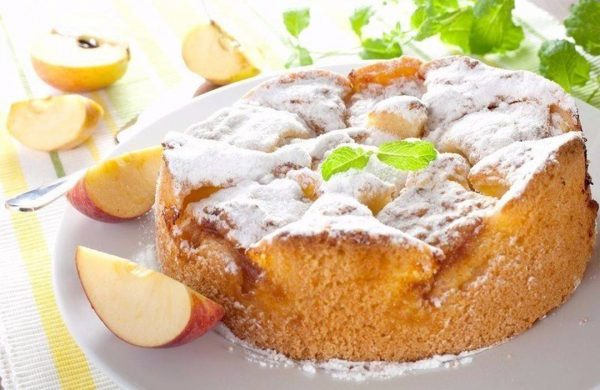 Готовый пирог с яблоками из микроволновки