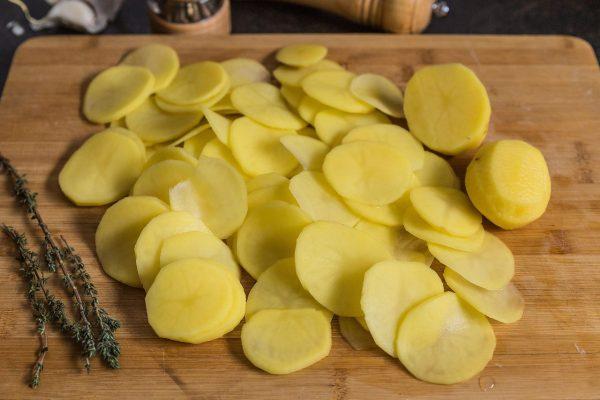 Тонкие ломтики картофеля