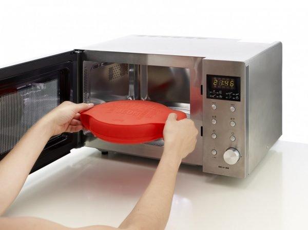 Размещение формы с пирогом в микроволновке