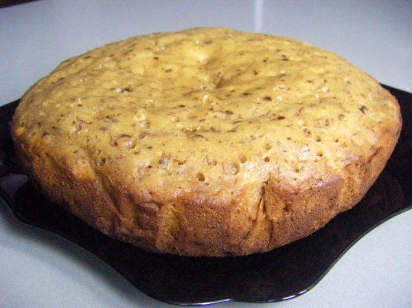 Готовый банановый пирог с орехами