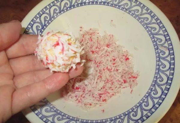 Процесс лепки сырного шарика с крабовыми палочками