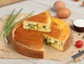 Простой заливной пирог с луком и яйцом - прекрасный вариант для уютного чаепития в кругу семьи