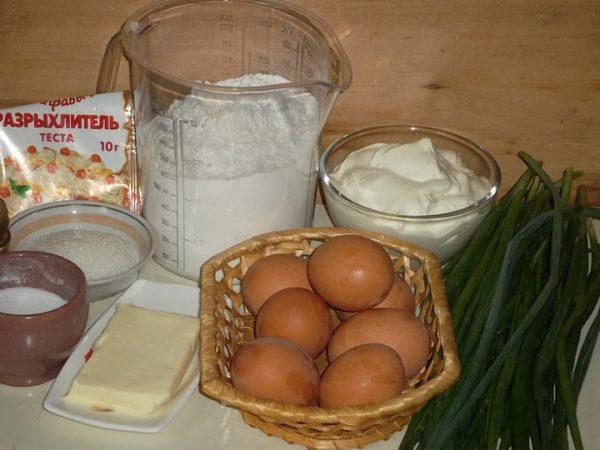 Продукты для приготовления заливного пирога с луком и яйцом