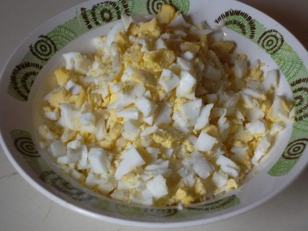 Рубленые отварные яйца в тарелке