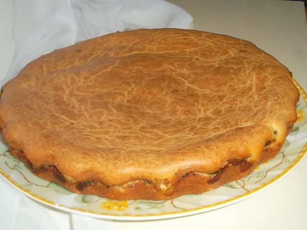Заливной пирог на большой тарелке
