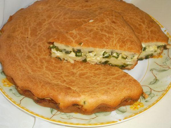 Заливной пирог с луком и яйцом в разрезе